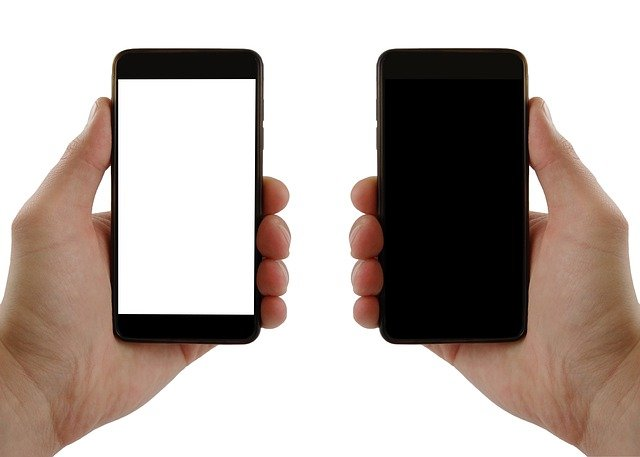 dva mobilní telefony