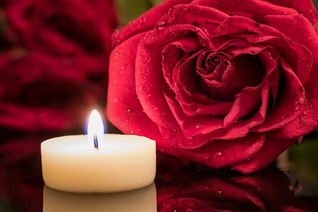bílá svíčka a červená růže