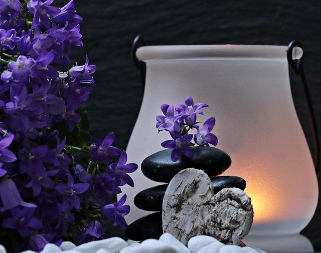 lampa, květy a kameny